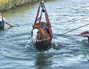 Egy daru segítségével sikerült kimenteni a csatornába ragadt lovat